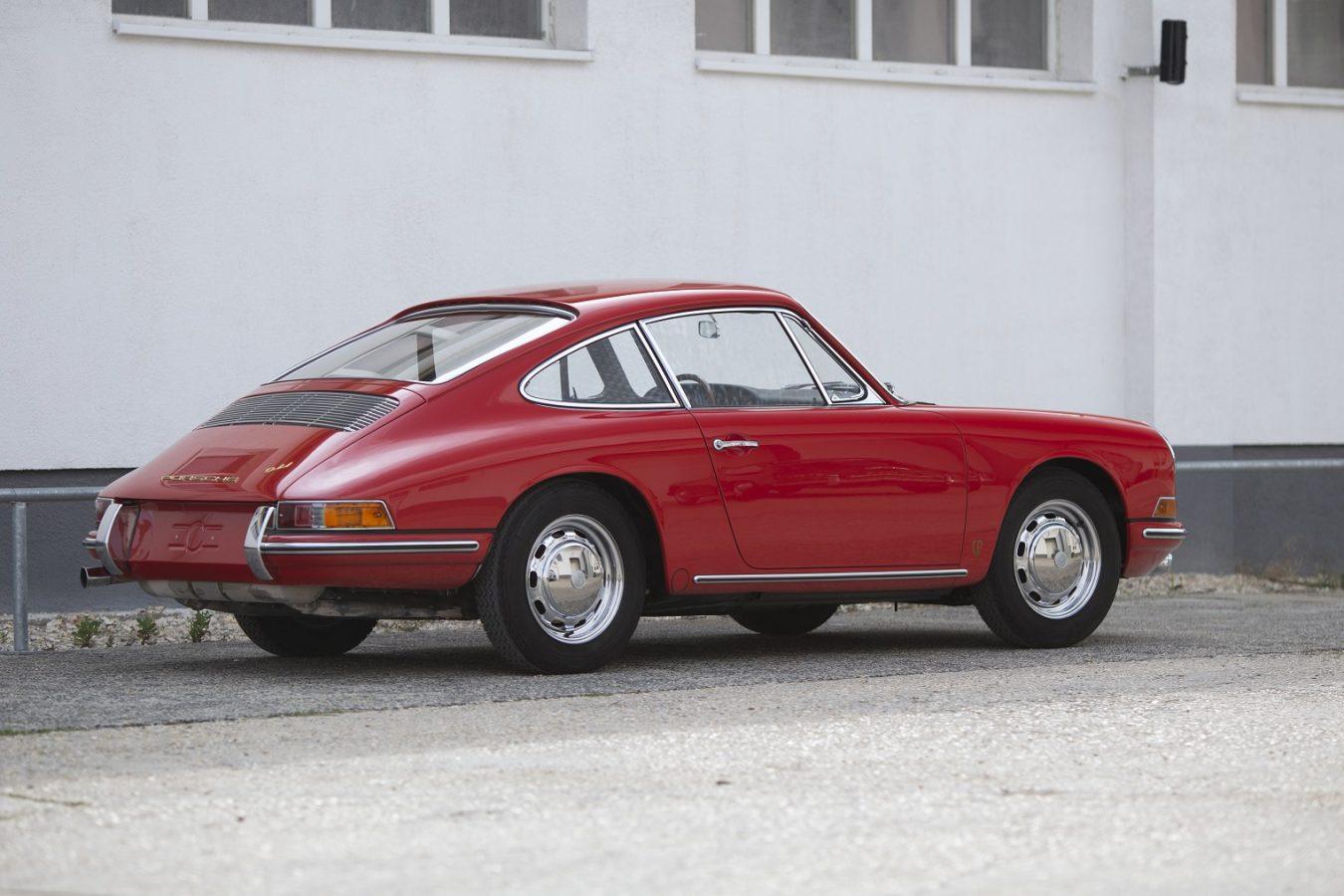 Roter Porsche 911 von hinten