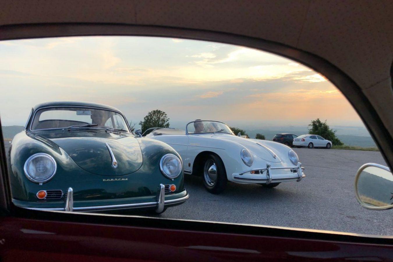 Zwei Porsche 356 von vorne