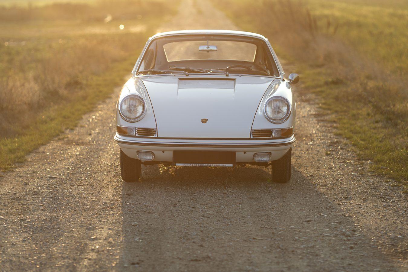 Weißer Porsche 911 auf Feldweg