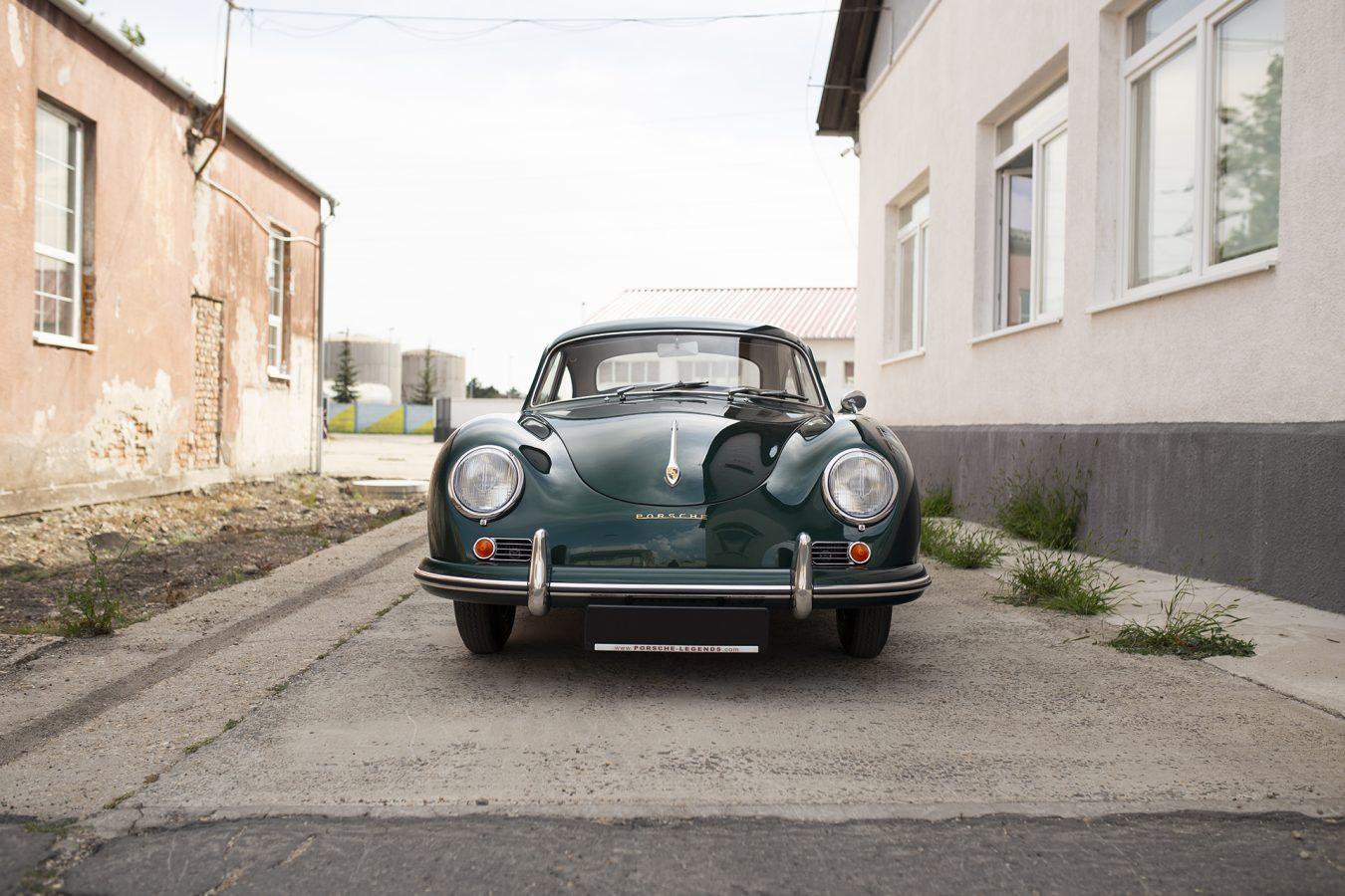 Lagogrüner Porsche 356 in einer Einfahrt