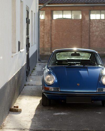 Blauer Porsche 911T im Sonnenlicht