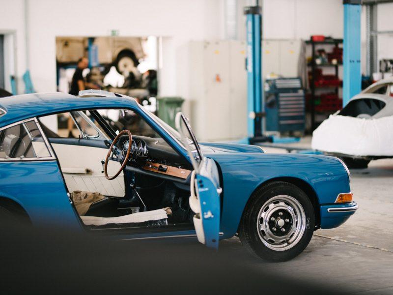 Hellblauer Porsche in der Werkstatt