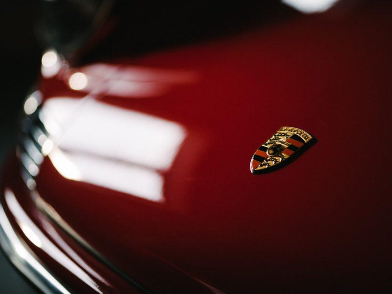 Porsche Logo auf Motorhaube