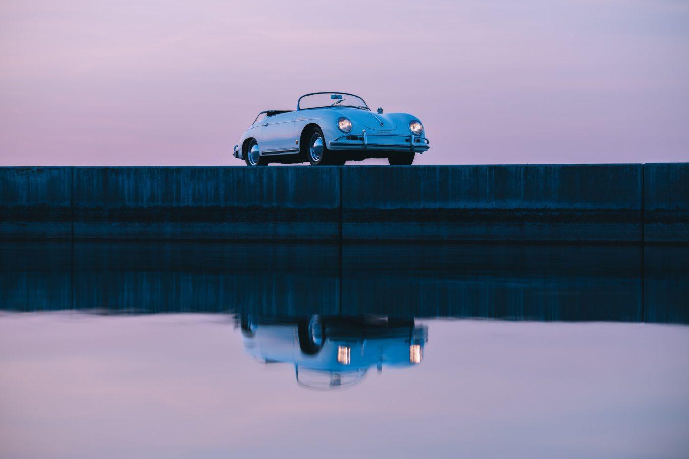 Weißer Porsche auf Steg