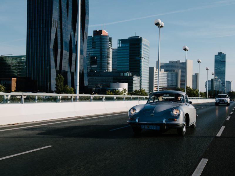 Silberner Porsche auf Highway