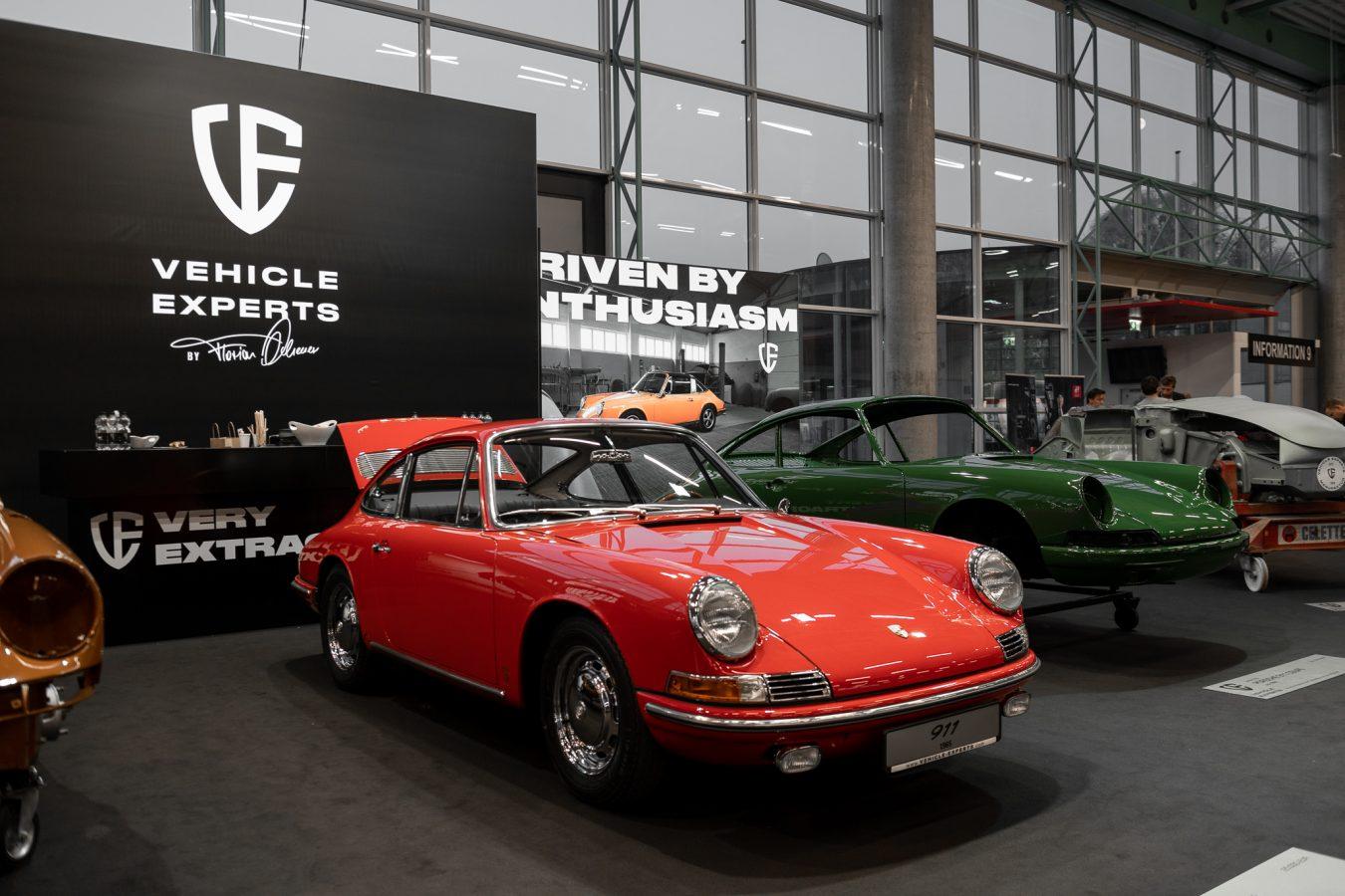 Zwei Porsche vor Vehicle Experts Poster