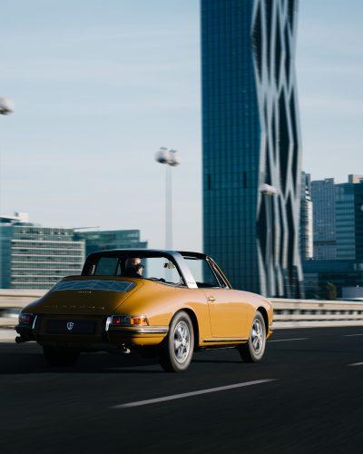Gelber Porsche von hinten