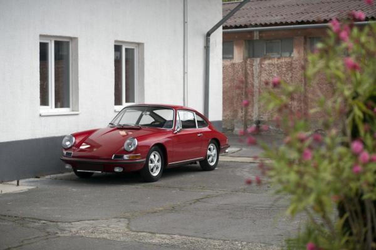 Roter Porsche 911S vor Werkstatt