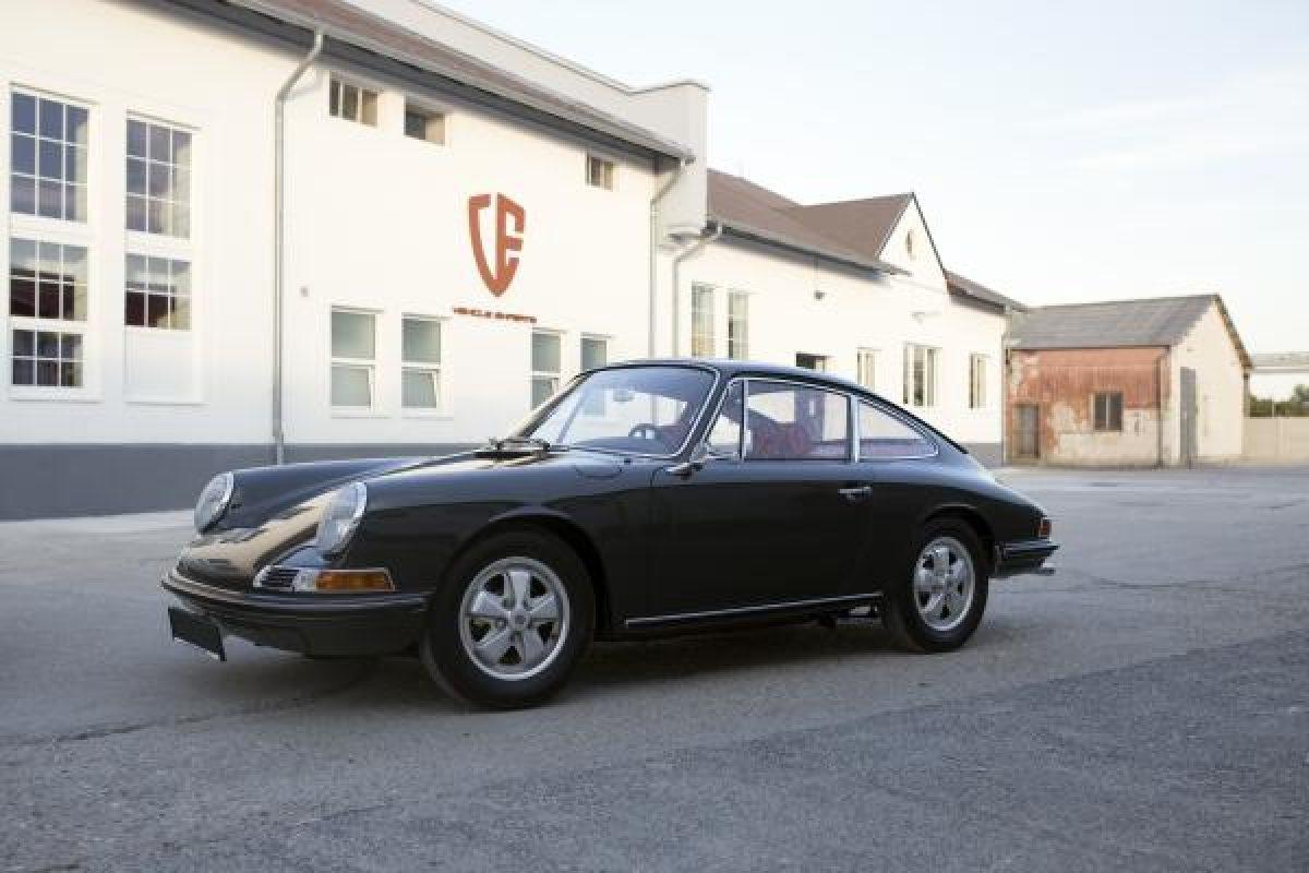 Grüner Porsche 911S vor Vehicle Experts Gebäude