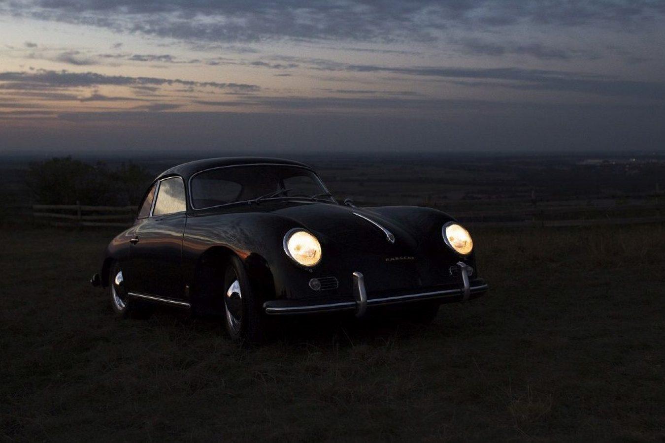 Schwarzer Porsche 356A bei Sonnenuntergang