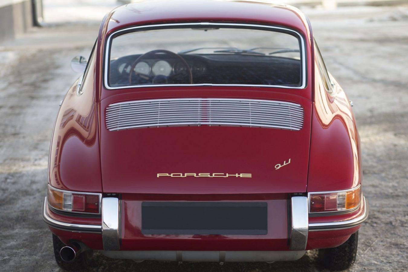 Roter Porsche 911 SWB von hinten