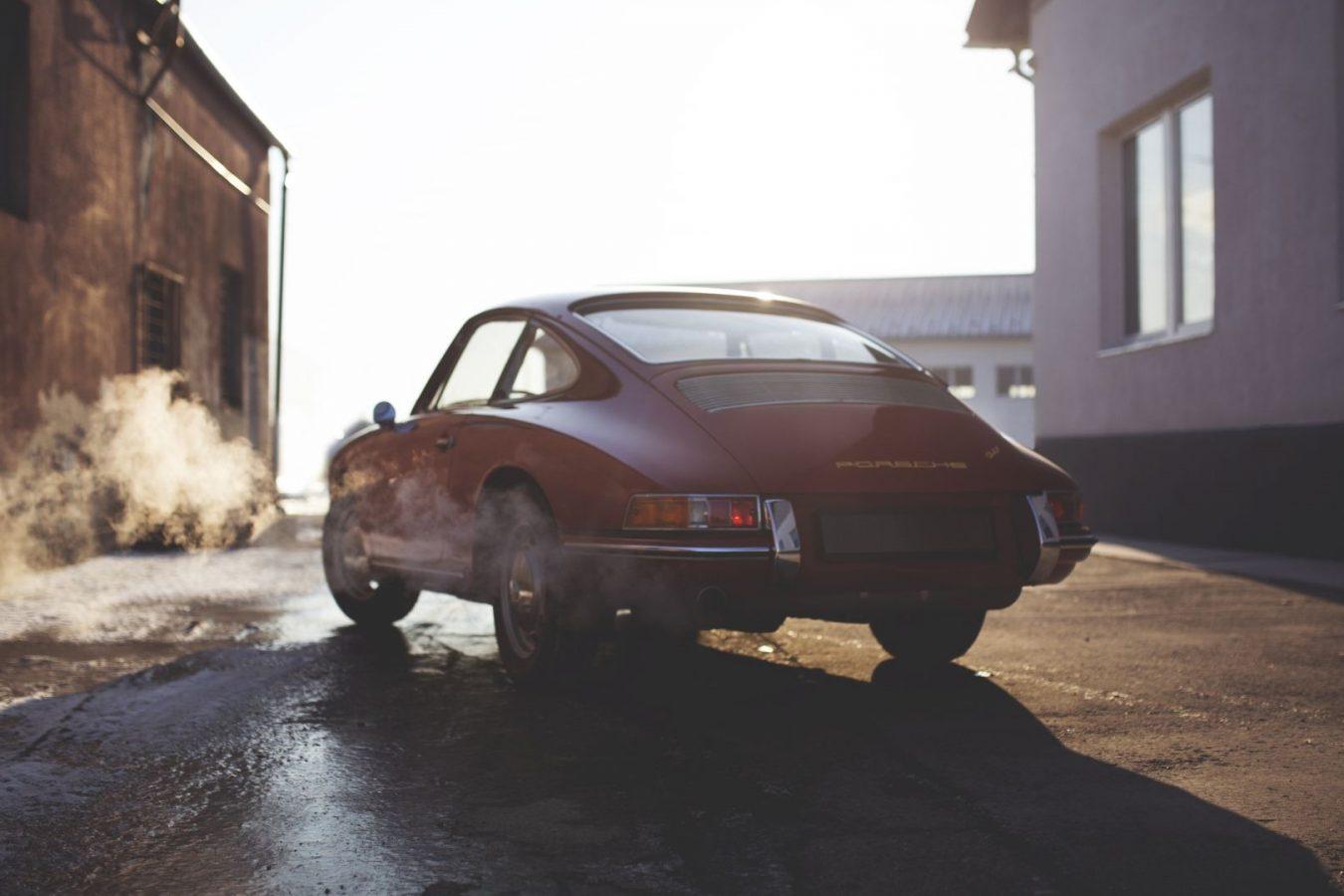 Roter Porsche 911 SWB in einer Einfahrt
