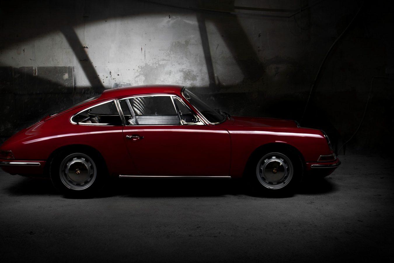 Porsche 911 SWB in Rot von der Seite