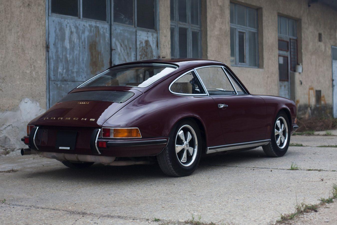 Porsche 911E in Rot von hinten