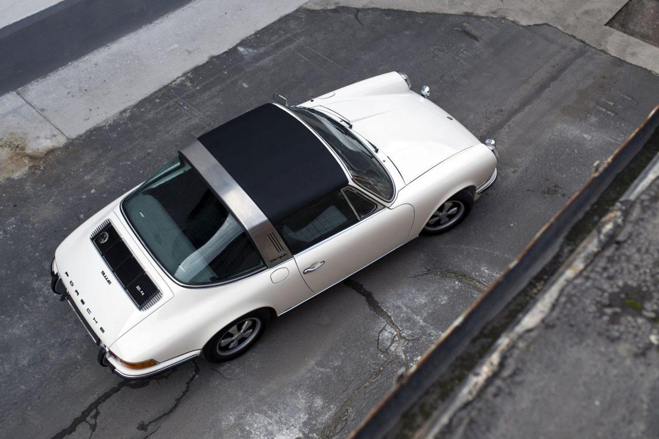 Cremeweißer Porsche 911E Targa von oben
