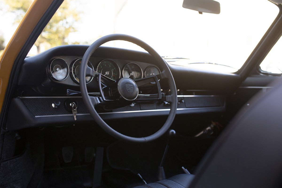 Gelber Porsche 911S Innenraum