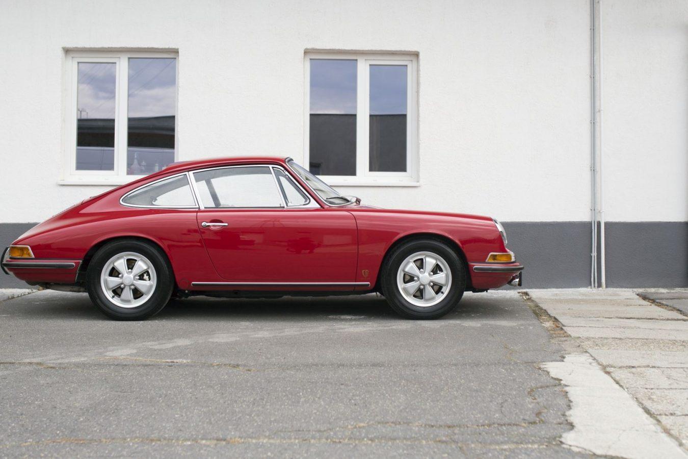 Roter Porsche 911S von der Seite