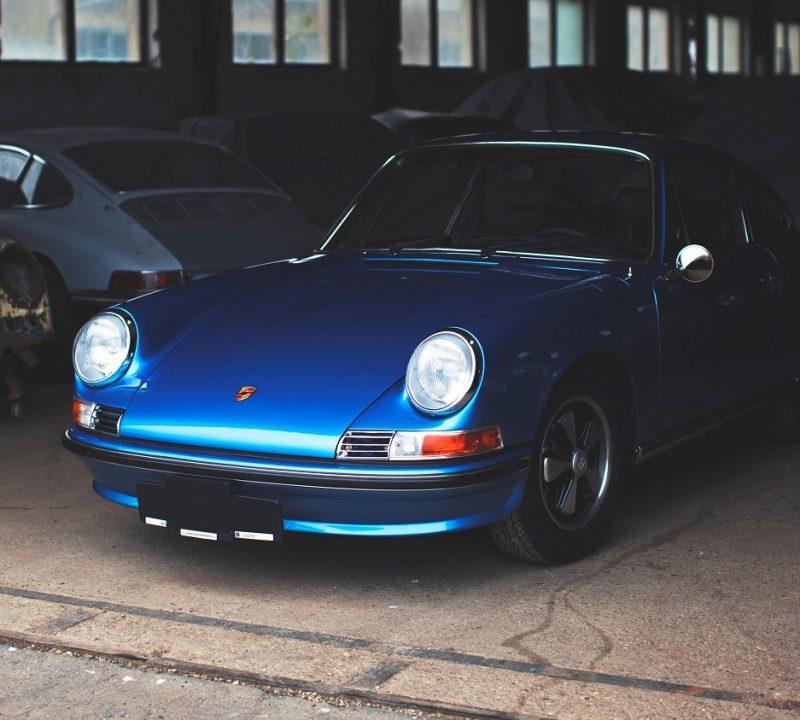 Porsche 911S in Hellblau von vorne