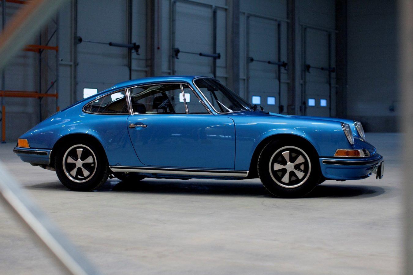 Porsche 911S in Hellblau von der Seite