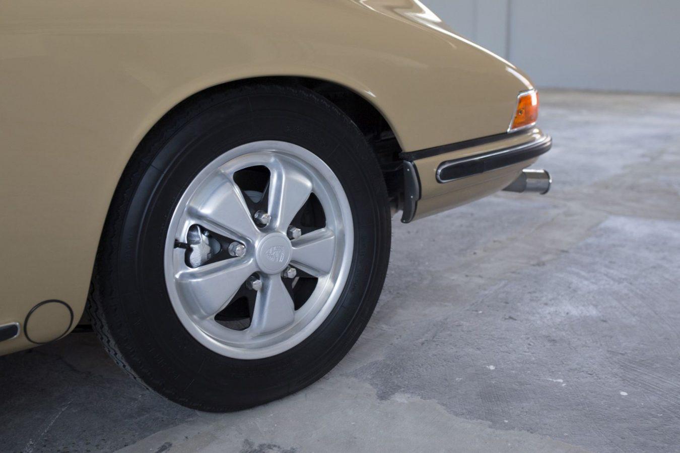 Reifen eines Sandfarbenen Porsche 911S SWB