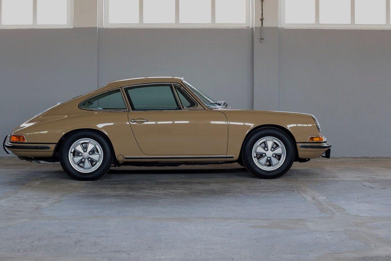 Sandfarbener Porsche 911S SWB von der Seite