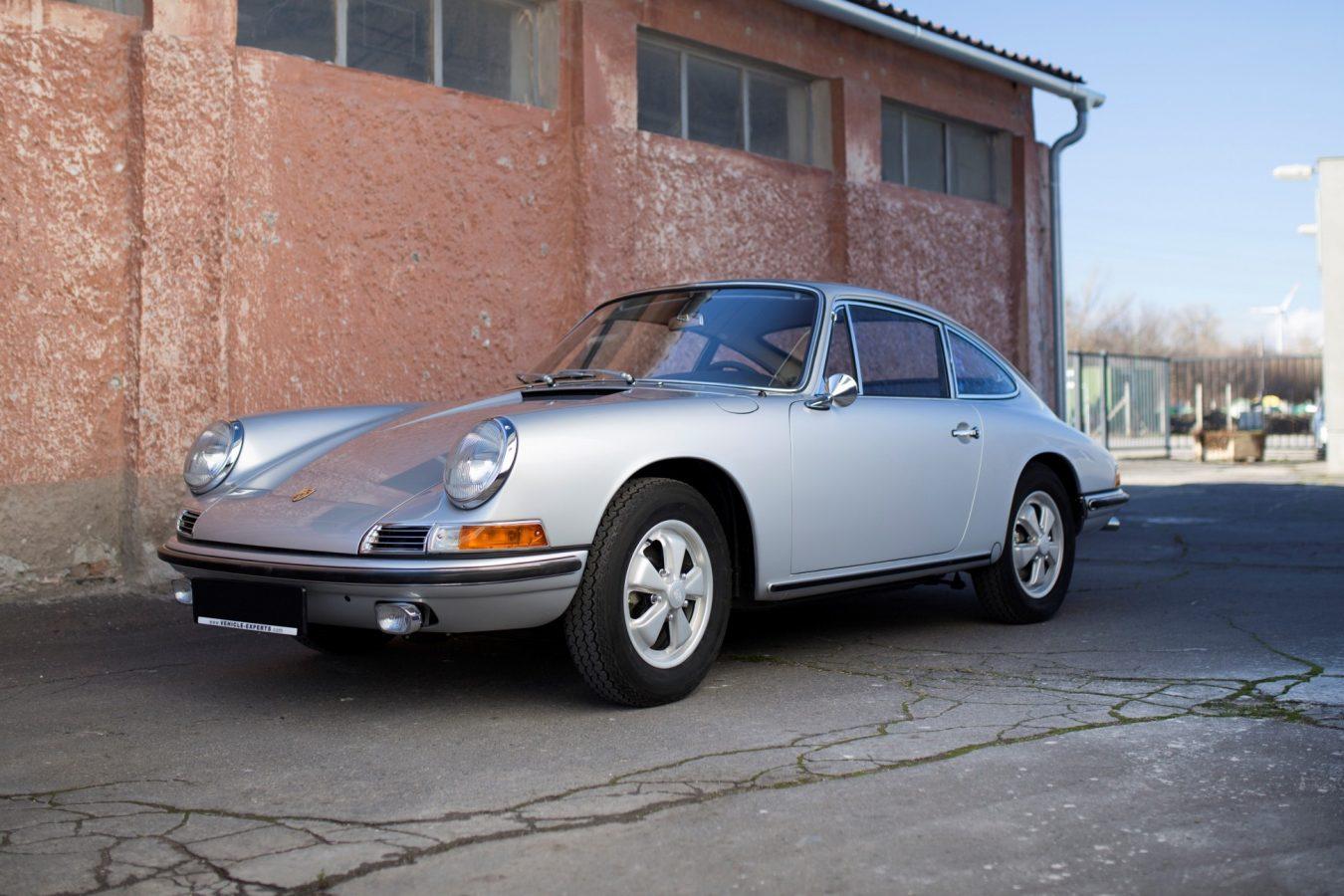 Silberner Porsche 911S SWB in Einfahrt