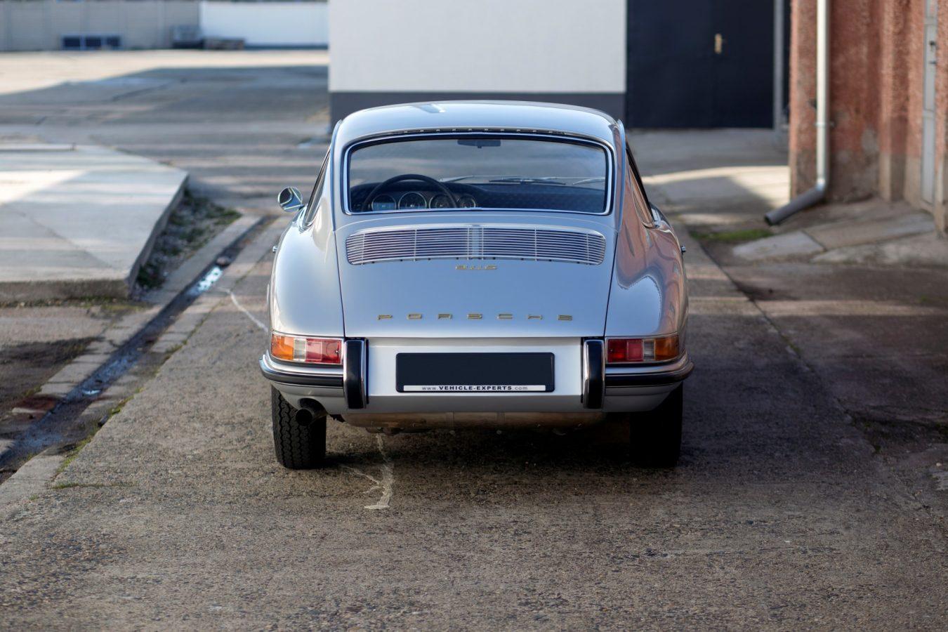 Silberner Porsche 911S SWB von hinten
