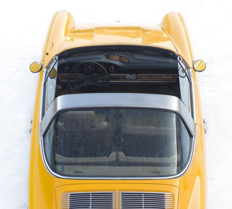 Gelber Porsche 911S Targa von oben