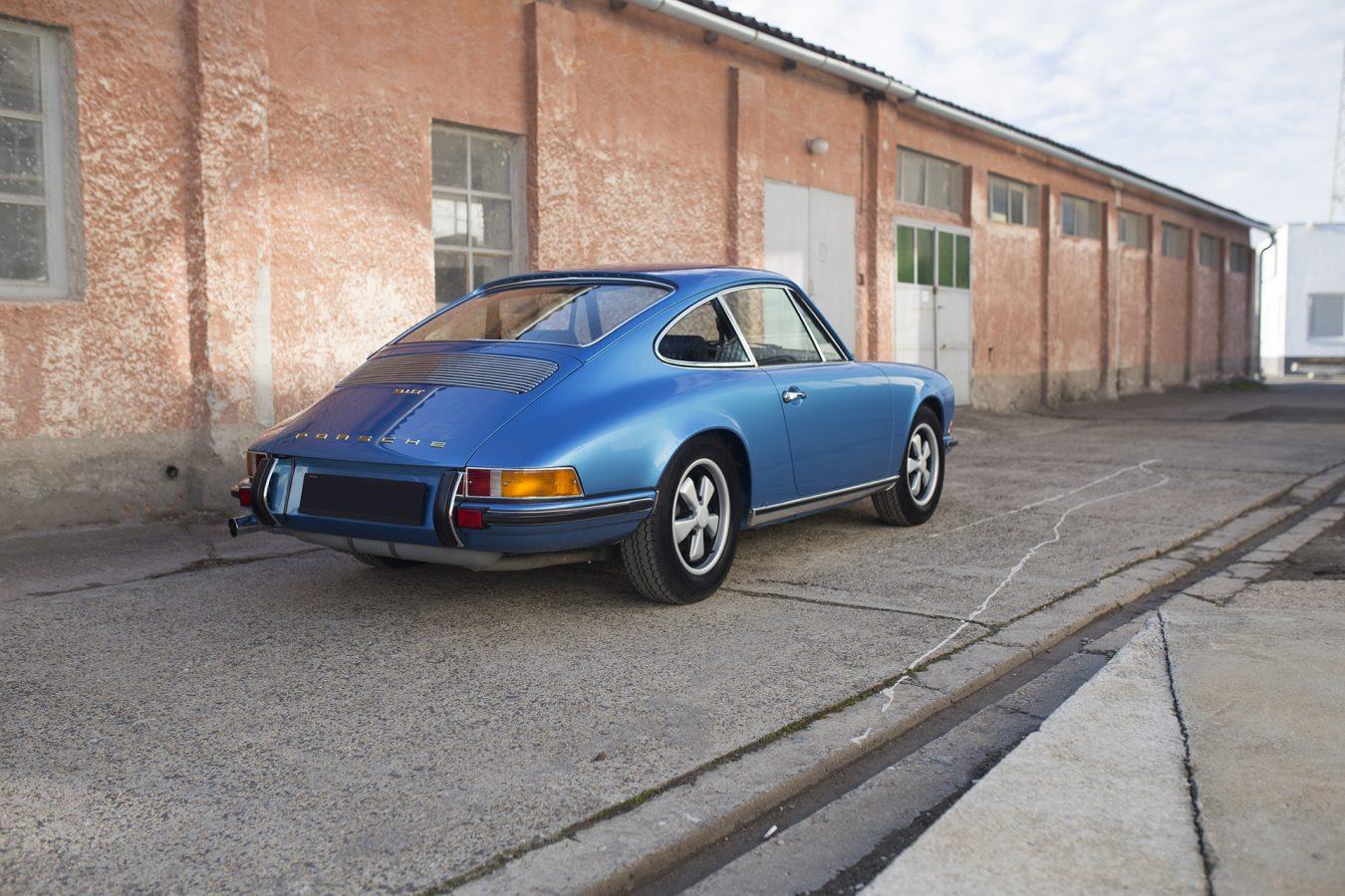 Hellblauer Porsche 911T in der Einfahrt