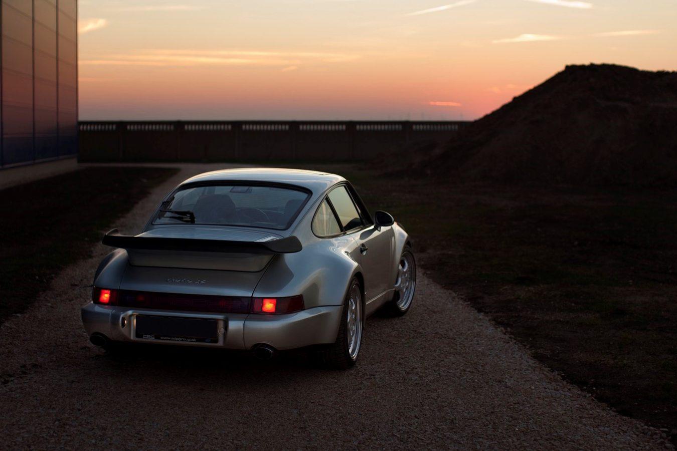 Porsche 964 3,6 Turbo in Silbergrau von hinten