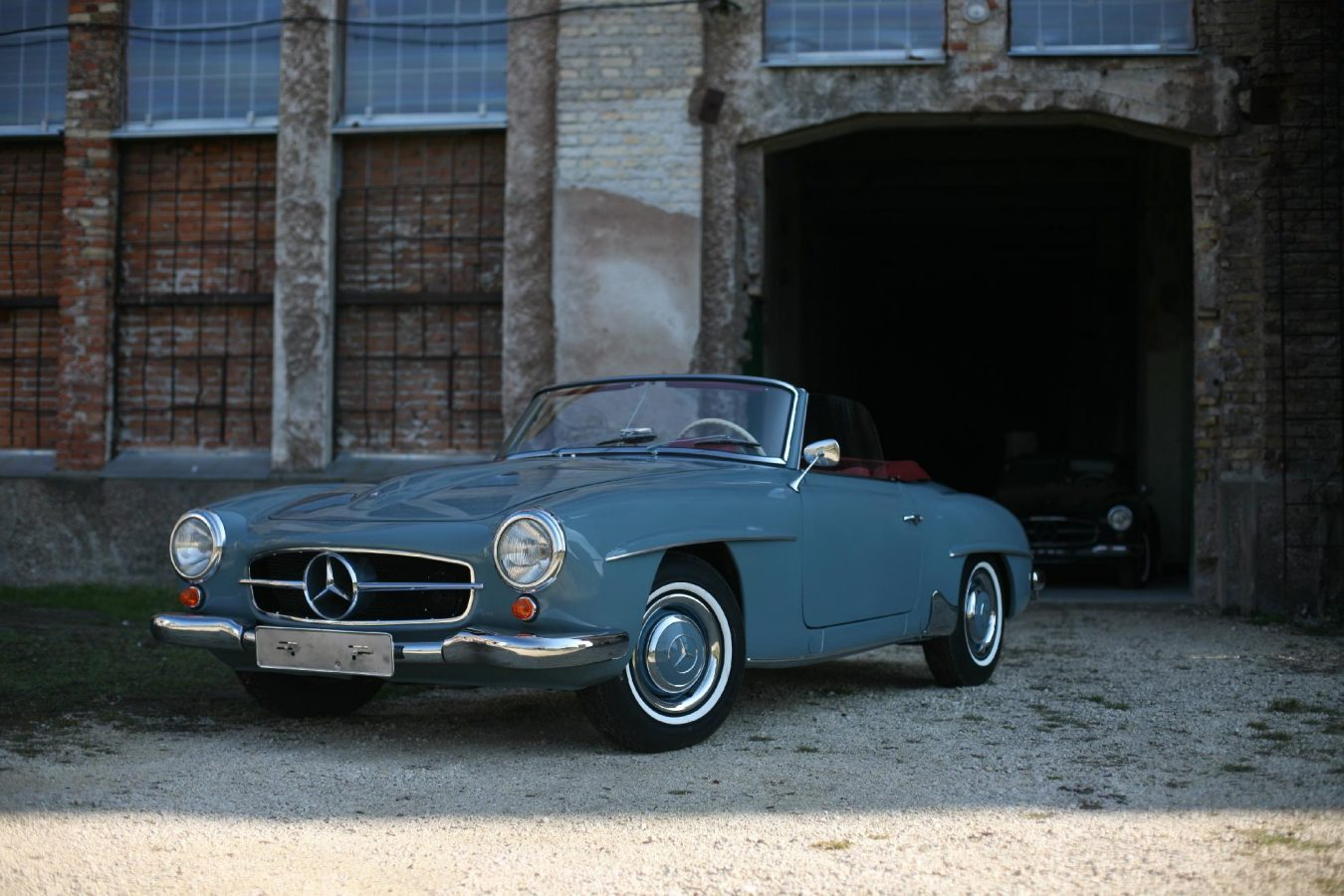 Mercedes Benz 190SL vor Garage