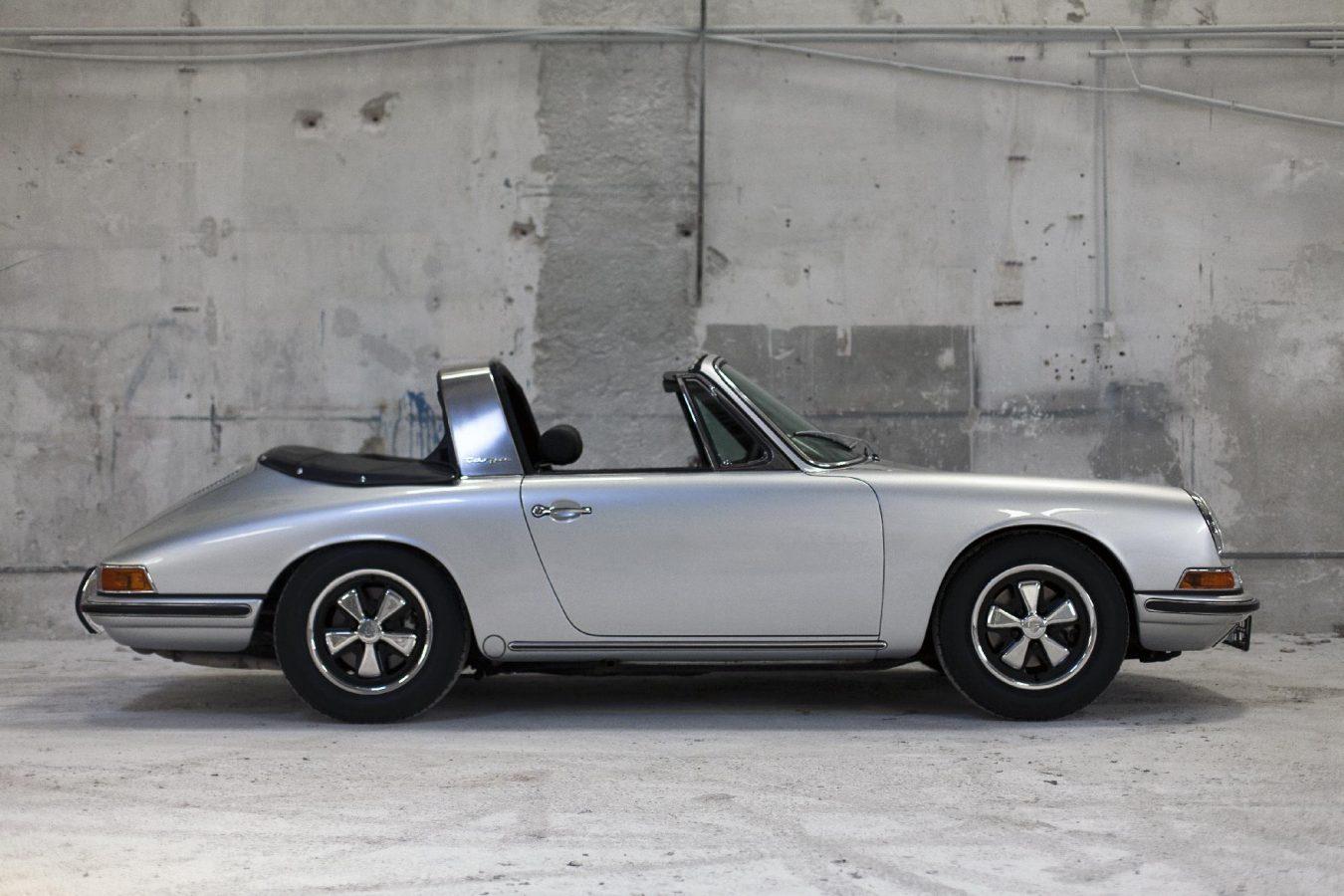 Silberner Porsche 911S SWB Softwindow Targa von der Seite in der Werkstatt