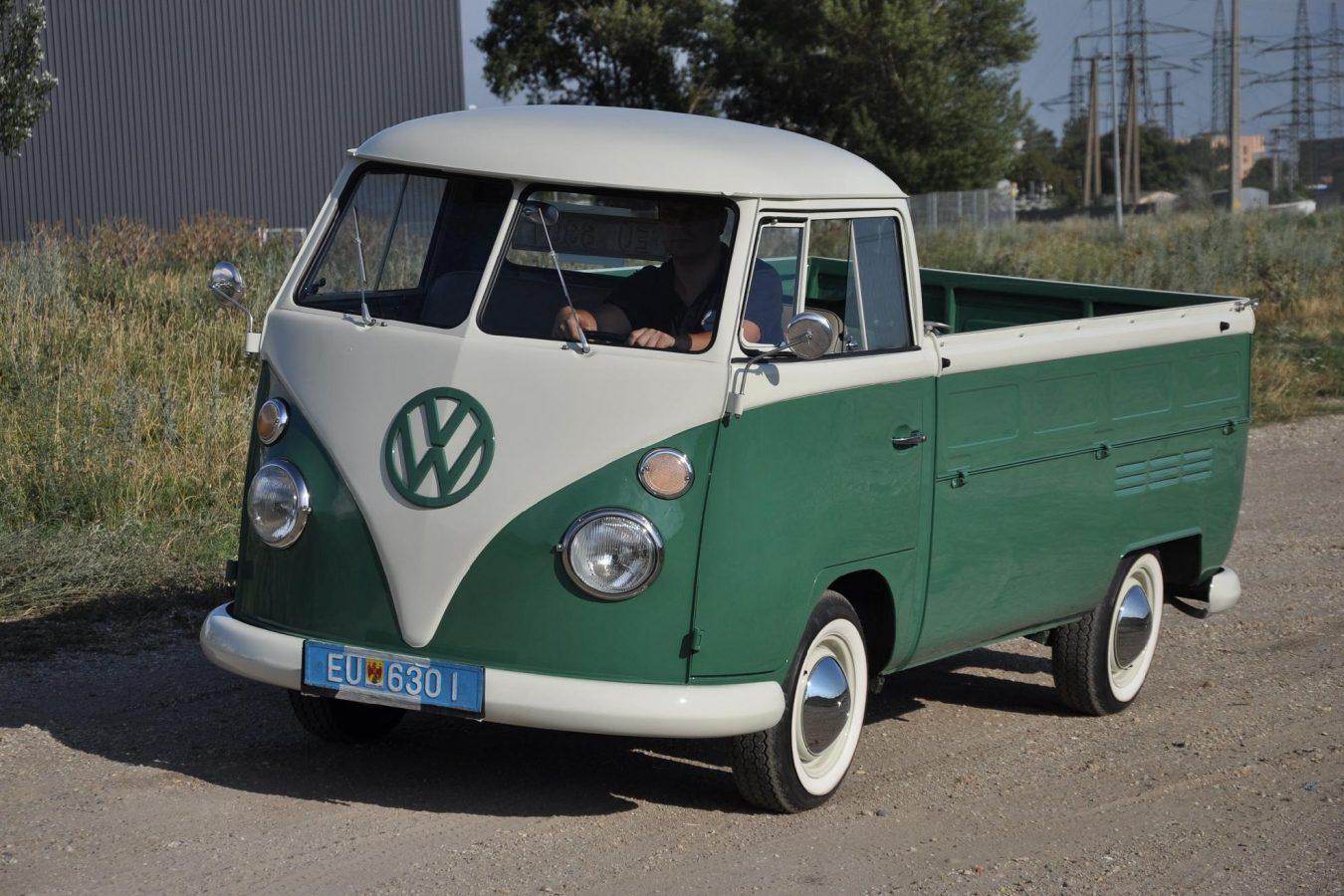 Volkswagen T1 Pritsche auf einem Feldweg