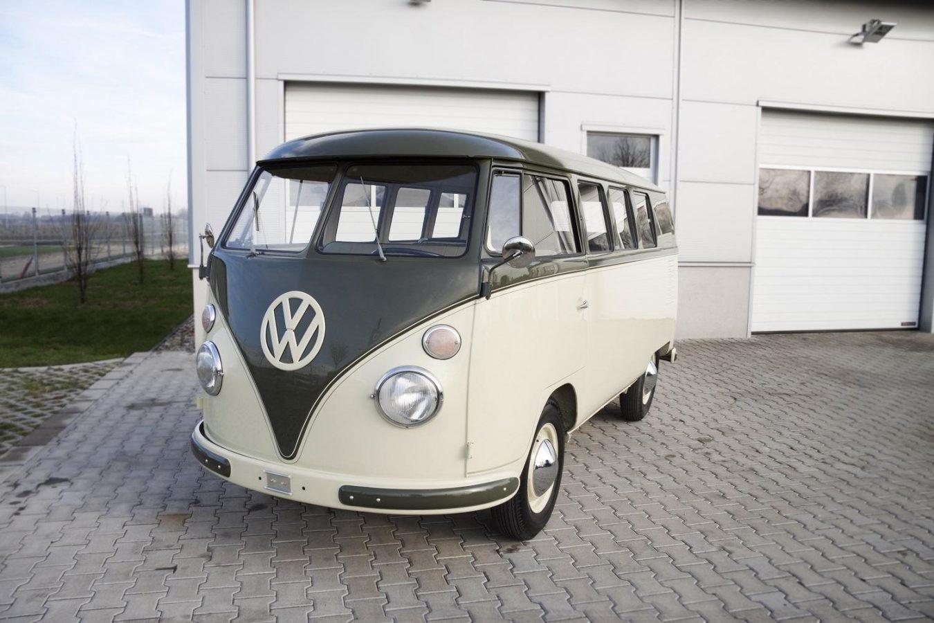 Volkswagen T1 Micro vor Garage