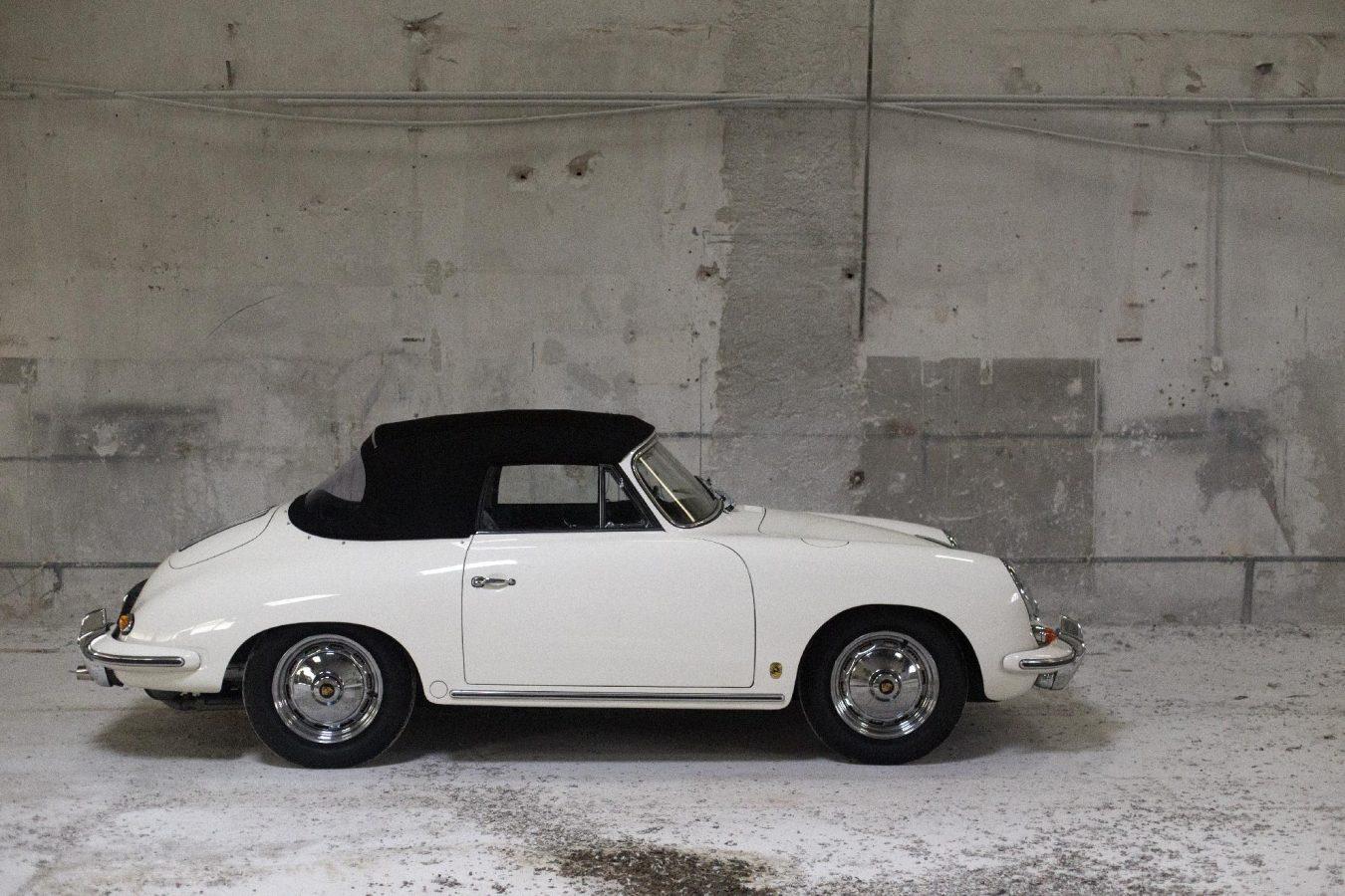 Weißer Porsche 356 BT6 Cabrio von der Seite