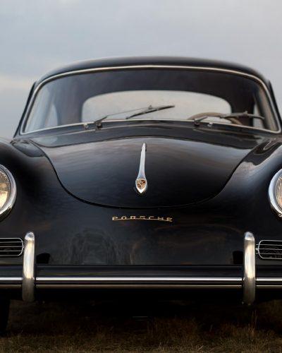 Schwarzer Porsche 356A auf einem Feld