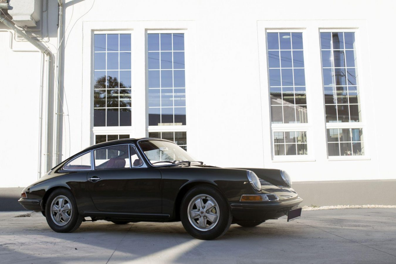 Grüner Porsche 911S SWB 23 vor der Werkstatt