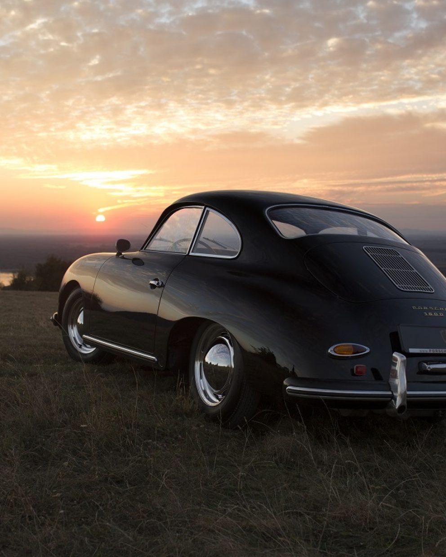 Restaurierter schwarzer Porsche von hinten