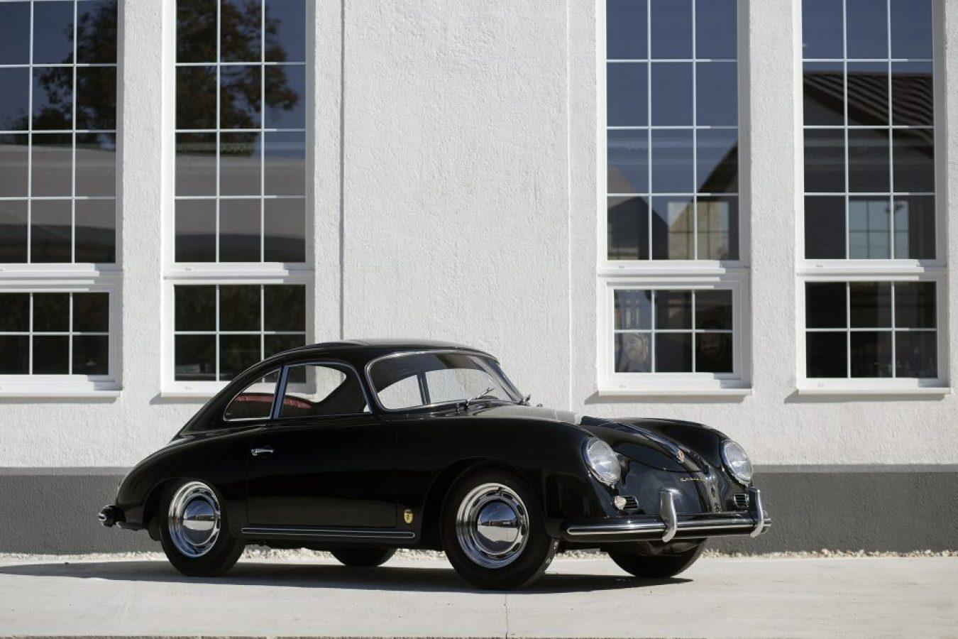 Porsche 356 in schwarz vor Gebäude