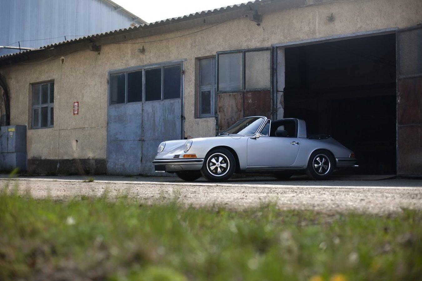 Silberner Porsche 911S Softwindow Targa vor Garage