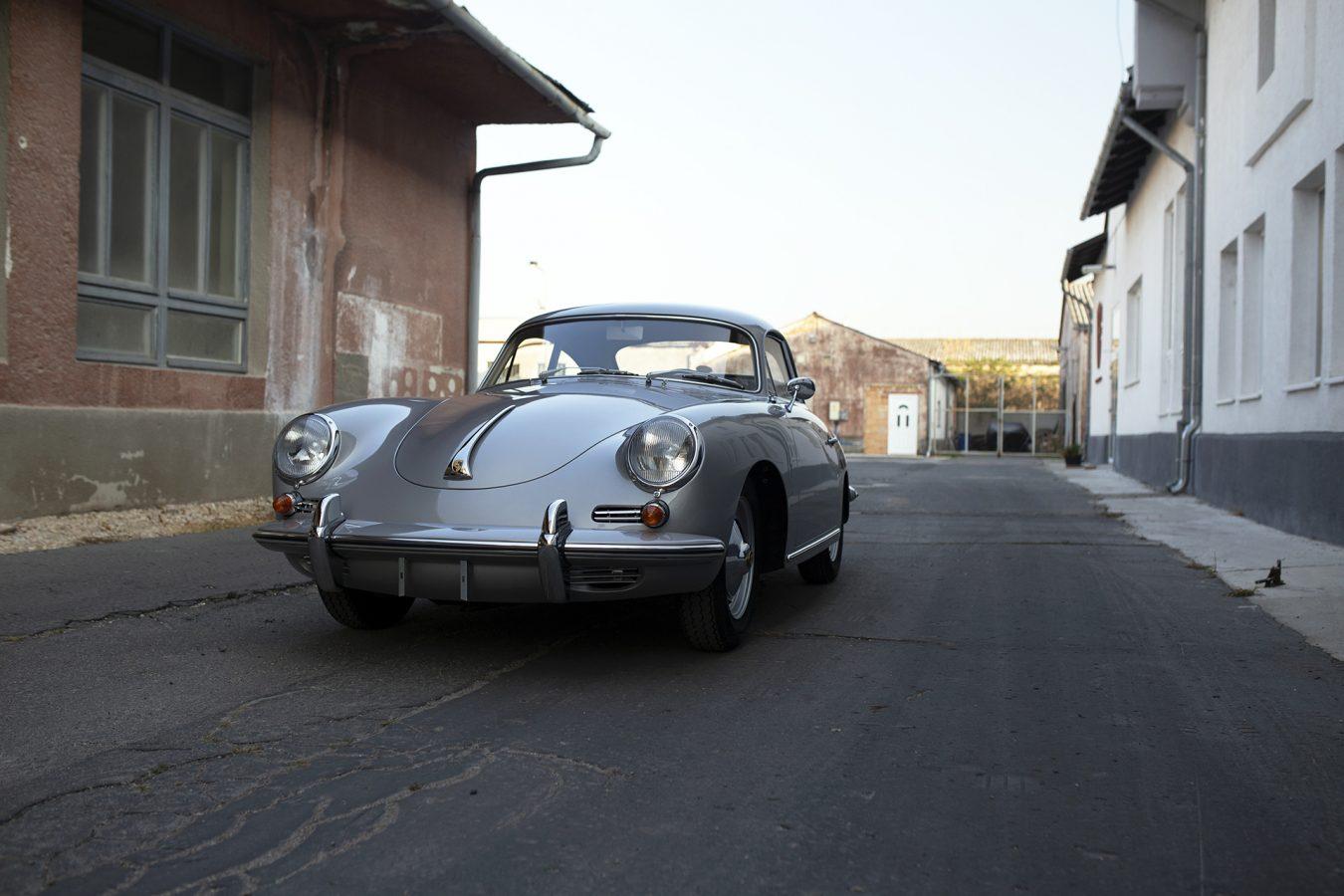 Silberner Porsche 356 BT5 in Einfahrt