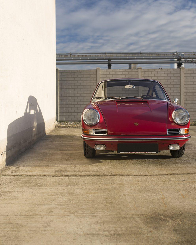 Roter Porsche 911 vor einer Mauer