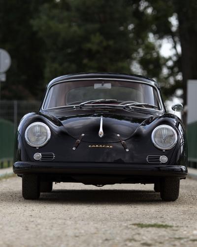 Schwarzer Porsche 356A Carrera auf einer Brücke