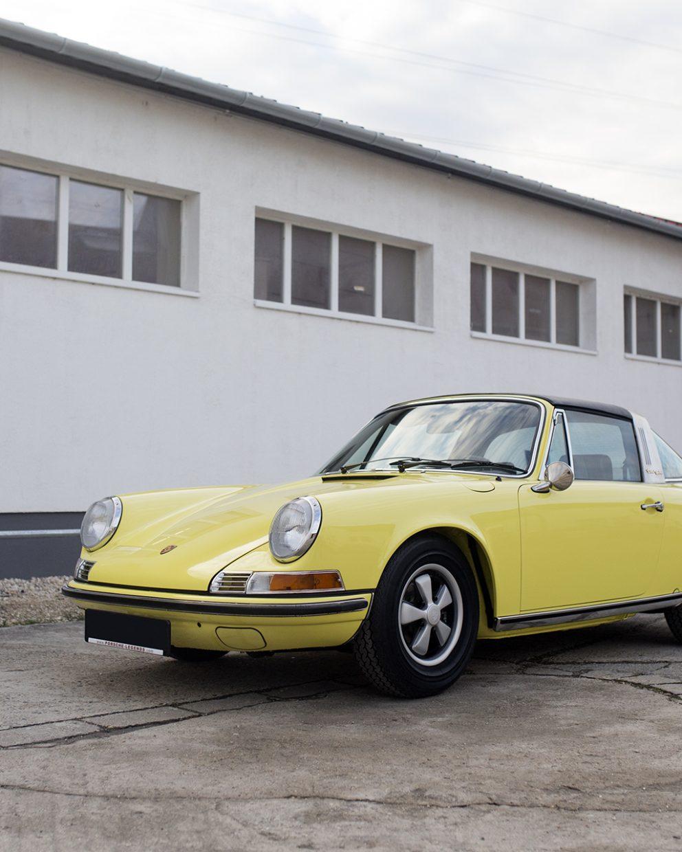 Lichtgelber Porsche 911T Targa auf Vehicle Experts Gelände