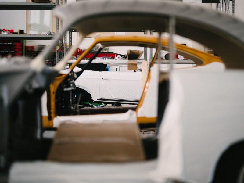 Drei Porsche nebeneinander in der Werkstatt