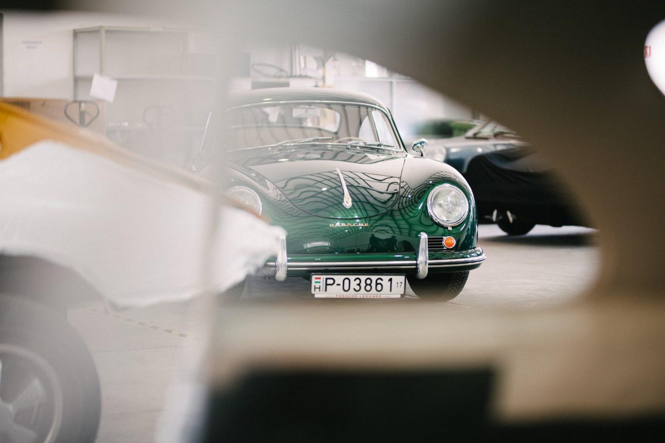 Grüner Porsche bei der Restaurierung