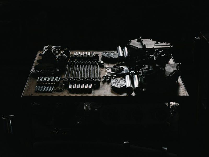 Bauteile und Schraubenschlüssel