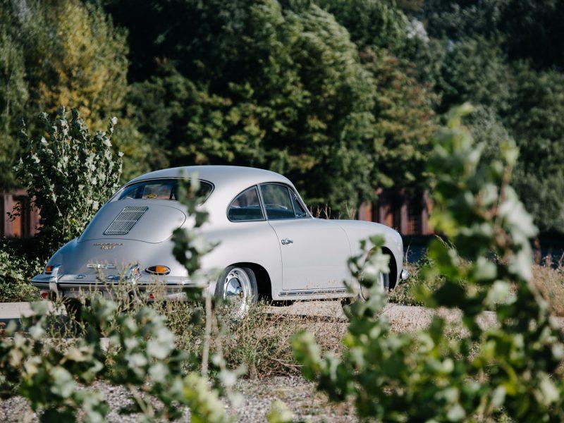 Grauer Porsche in Garten