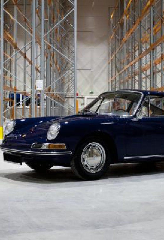 Blauer Porsche 911 in Lagerraum