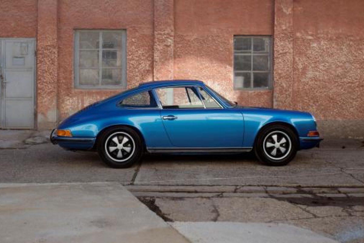 Blauer Porsche 911T von der Seite